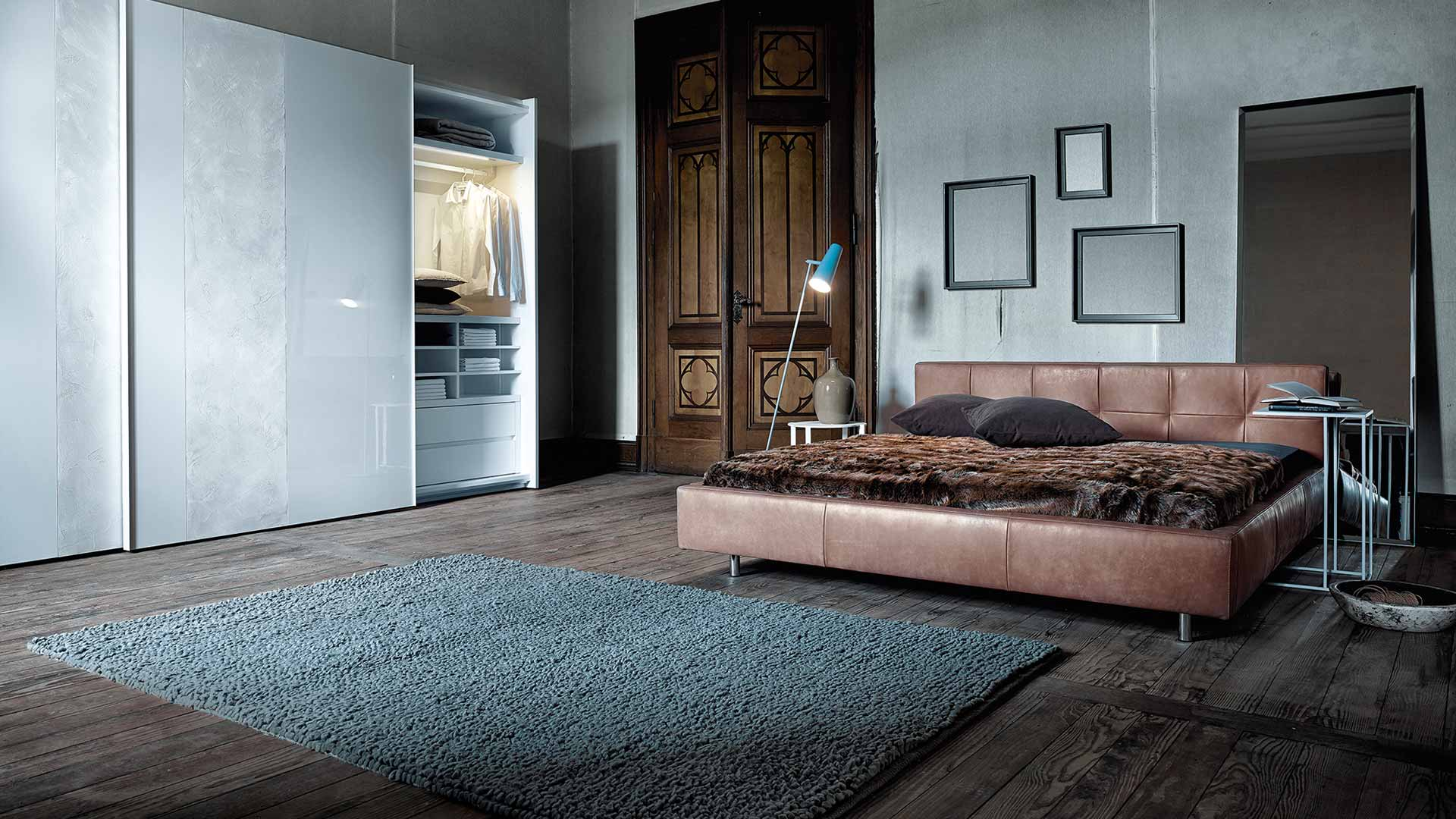 Wohnzimmerwand grau for Stuhl design unterricht